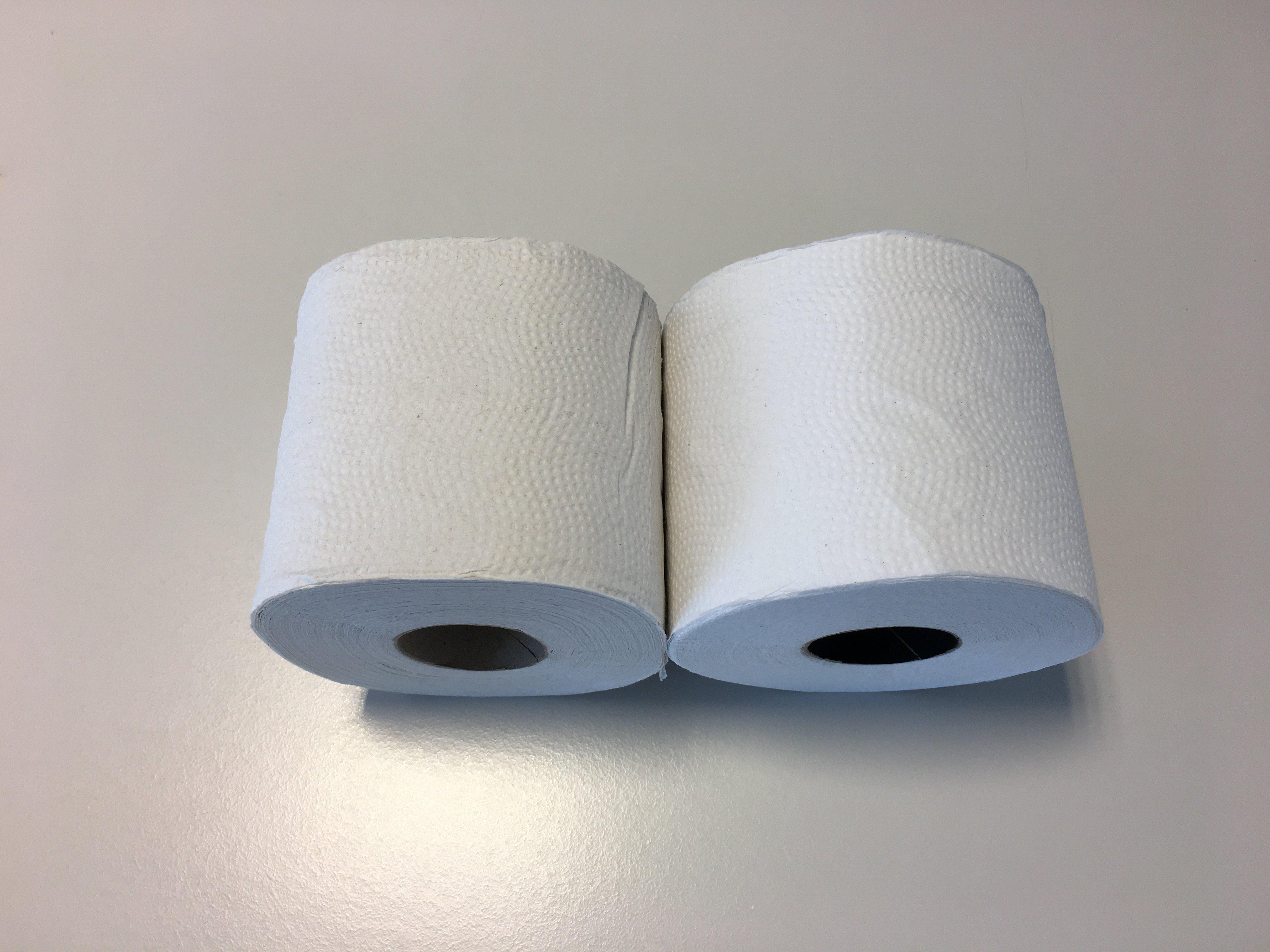 Twee toiletrollen met verschillende witwaardes. Eindgebruikers zullen de verschillen tussen de rollen niet opmerken.